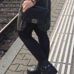 Schwarze Handtasche aus Lederimitat mit Metallschnalle von Zebra