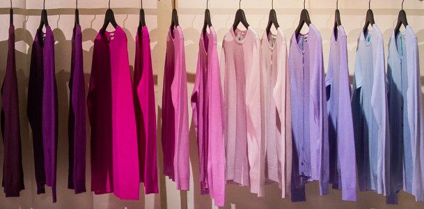Nach Farben sortierter Kleiderschrank